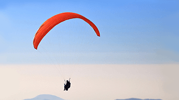 It's a bird, it's a plane, it's the paragliding man! Sometimes adventures happen up in the air! Want to see how? Just set the Paragliding theme on your homescreen and you're ready for action!