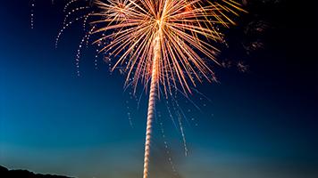 Reúna a todos sus amigos y vamos a ver el fuego artificial! Es simplemente hermoso! Si quieres verlo también, simplemente establece el tema de Firework en tu página principal y disfruta del colorido cielo!