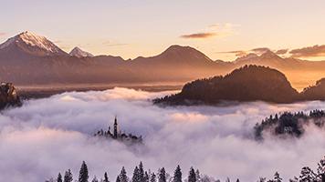 Spaziere durch das neblige Tal und atme die frische Bergluft ein! Kein Mensch in der Gegend! Das Thema nebliges Tal ist perfekt, um der Zivilisation zu entkommen und deine Batterien aufzuladen!