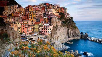 Would you like to live here in Manarola? The sea is so close and the warm weather invites you to take a plunge! But if you don't want to relocate, you can still set the Manarola wallpaper on your home screen and live the Mediterranean life!
