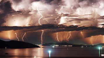 Ojo que empieza una tormenta con rayos y truenos así que mejor quédate en casa. Si quieres ver el cielo iluminado te recomendamos descargar el tema llamado Rayos y disfrutar el espectáculo de las luces desde la seguridad de tu casa.