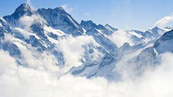 Conheça as montanhas nevadas, sentado ao seu computador! O fundo de tela com o titulo  Montanhas nevadas é gratuito e funciona melhor com conjuntos de cores claras.