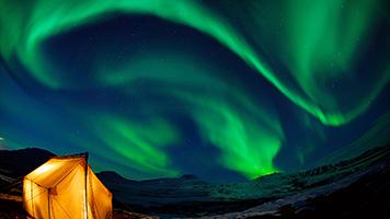 Deja el fondo de pantalla Cielo verde por la noche que te guíe en un viaje imaginario debajo de las luces del norte. Puedes descargar en tu computador el fondo de pantalla Cielo verde por la noche o compartirlo con otros aficionados de la Aurora Boreal.