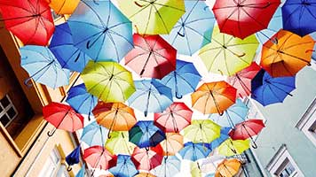 Life is happier under umbrellas! How do we know? Well that's simple, just set the the Umder Umbrellas theme on your homescreen and experience the colorful joy for yourself, we'll keep for later the we told you so!