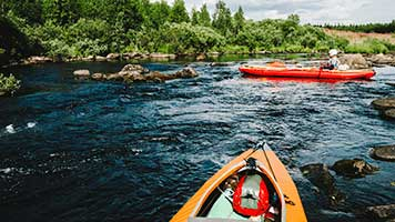Have you ever ride a kayak? It's super fun! Set the Kayak theme on your homepage and start paddling, the race is on!